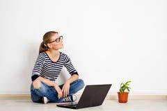 Femmina con il computer portatile nel paese Immagini Stock Libere da Diritti