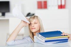 Femmina con il cono di carta Immagine Stock