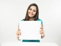 Femmina con un cartello in bianco fotografia stock libera da diritti