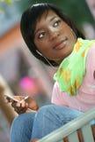 Femmina del African-American con il giocatore Mp-3 Fotografie Stock