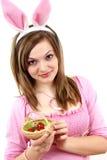 Femmina del coniglietto di pasqua con le uova di Pasqua in sua mano Fotografia Stock