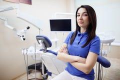 Femmina del dentista al suo posto di lavoro Fotografia Stock Libera da Diritti