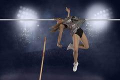 femmina del saltatore del salto con l'asta della concorrenza fotografia stock libera da diritti