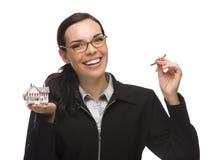Femmina della corsa mista che presenta le chiavi e che tiene una casetta Fotografia Stock