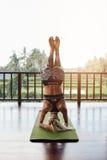 Femmina di forma fisica che fa yoga di sostegno del headstand, Sirsasana Fotografie Stock Libere da Diritti