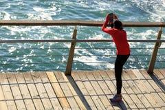 Femmina di forma fisica che si scalda allungando le gambe Fotografia Stock Libera da Diritti