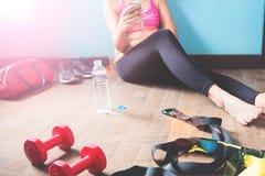 Femmina di forma fisica in pantaloni neri che si rilassano dopo l'allenamento Fotografie Stock