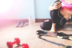 Femmina di forma fisica in pantaloni neri che si rilassano dopo l'allenamento Fotografia Stock