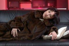 Femmina di menzogne in un cappotto di visone Fotografia Stock