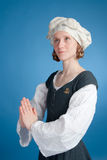 Femmina di preghiera in costume medioevale Fotografia Stock Libera da Diritti