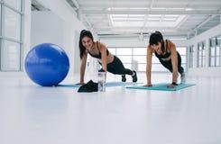 Femmina due che si esercita nello studio di forma fisica Fotografia Stock Libera da Diritti