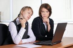 Femmina due in ufficio immagine stock libera da diritti