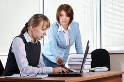 Femmina due in ufficio immagini stock libere da diritti