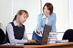 Femmina due in ufficio fotografia stock