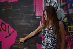 Femmina e graffiti Fotografia Stock