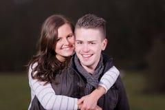 Femmina felice che è trasportata sulle spalle dal suo ragazzo, all'aperto Fotografia Stock Libera da Diritti