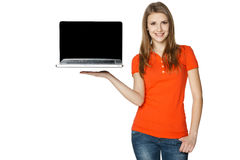 Femmina felice che mostra uno schermo del computer portatile Fotografia Stock