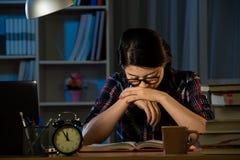 Femmina frustrata dell'istituto universitario che studia tardi Fotografia Stock Libera da Diritti