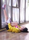 Femmina giovane asiatica che allunga il suo muscolo del vitello come scaldandosi Fotografia Stock Libera da Diritti