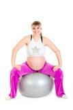 Femmina incinta che fa le esercitazioni sulla sfera di forma fisica Fotografie Stock Libere da Diritti