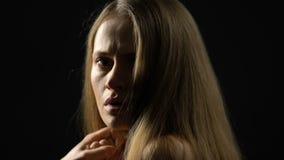 Femmina indifesa spaventata che guarda alla macchina fotografica, ritenendo solo e depresso stock footage