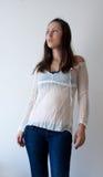 Femmina in jeans e camicetta romantica Immagini Stock