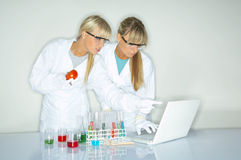 Femmina in laboratorio Fotografia Stock Libera da Diritti