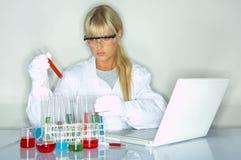 Femmina in laboratorio Immagine Stock