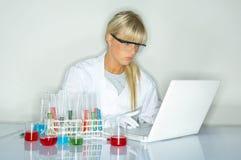 Femmina in laboratorio Fotografia Stock