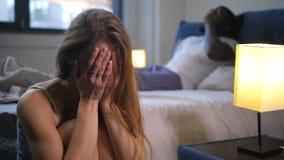 Femmina malata del primo piano nella depressione che si siede sul pavimento stock footage