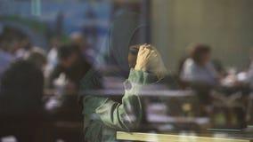 Femmina musulmana disperata che grida in caffè, solitudine di sofferenza, imbarazzata del divorzio stock footage