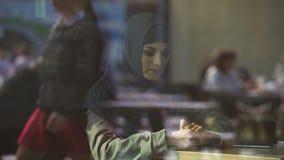 Femmina musulmana triste in caffè, solitudine di sofferenza, divorzio, problemi di emigrazione archivi video