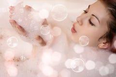 Femmina nel bagno con schiuma Fotografia Stock Libera da Diritti