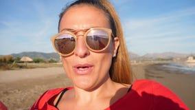 Femmina nel vloging rosso archivi video