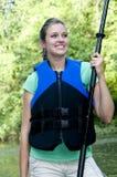 Femmina Outdoorsy che porta un giubbotto di salvataggio Fotografie Stock Libere da Diritti