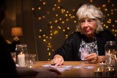 Femmina più anziana che dice qualcuno fortuna Fotografia Stock Libera da Diritti