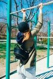 Femmina posteriore di vista vestita in abbigliamento casual fotografie stock