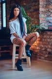 Femmina sexy nelle calze di una maglia Fotografie Stock Libere da Diritti
