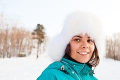 Femmina sorridente dei giovani su una stazione sciistica Fotografia Stock Libera da Diritti