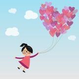 Femmina sul cielo con l'aerostato del cuore Immagini Stock