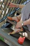 Femmina in un vestito che si siede sulle scale con la fragola fresca dal lato immagini stock libere da diritti