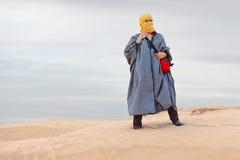 Femmina in vestiti beduini sulla duna Immagine Stock Libera da Diritti