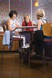 Femmine adulte che si siedono alla tabella nel randello di salute. fotografie stock libere da diritti