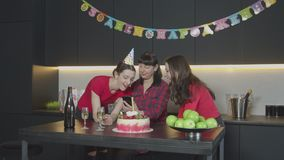 Femmine che guardano le foto sull'evento del telefono a casa video d archivio