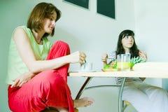 Femmine che mangiano prima colazione Fotografia Stock Libera da Diritti