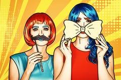 Femmine in parrucche rosse e blu Ragazze con la cravatta a farfalla gialla e i moustashes falsi fotografia stock libera da diritti