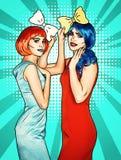 Femmine in parrucche rosse e blu sul fondo verde del fumetto Ragazze con il farfallino giallo in mani fotografia stock