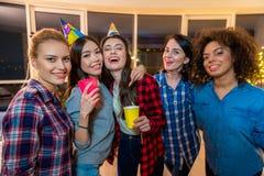 Femmine uscenti divertendosi insieme Fotografia Stock Libera da Diritti