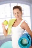 Femminile attraente mangiando mela dopo l'allenamento Immagini Stock