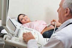 Femminile avendo ultrasuono Immagini Stock